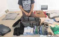 Perierga.gr - Πόσα ρούχα χωράει ένας μικρός σάκος;