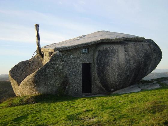 Σπίτι ανάμεσα στα βράχια!