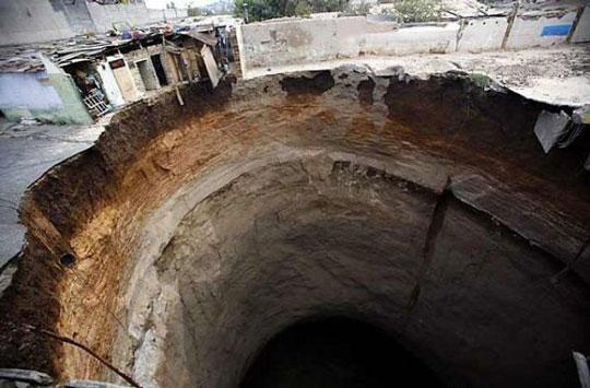 Perierga.gr   Όταν χάνεται η γη κάτω απ' τα πόδια σου…