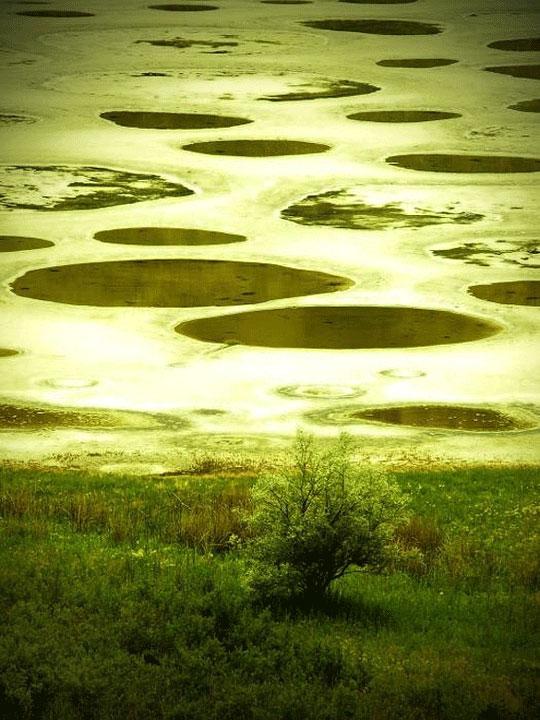Η λίμνη με τις κηλίδες