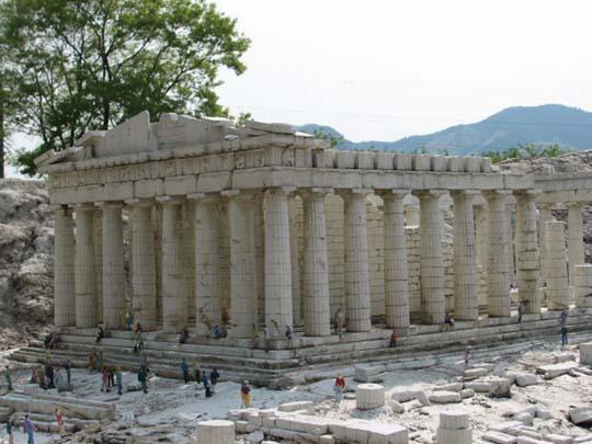 perierga.gr - Αντίγραφα μνημείων σε πλατεία