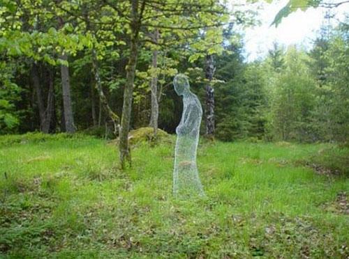 Perierga.gr - Φάντασμα από συρματόπλεγμα