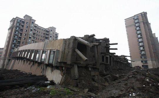 Perierga. gr - Ξαπλωμένο κτήριο στη Σανγκάη