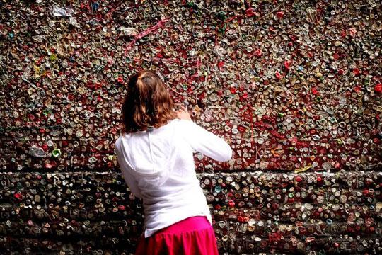 Perierga.gr - Ο τοίχος με τις τσίχλες