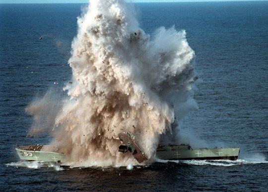 Perierga.gr - Βύθιση πλοίου από τορπίλη!