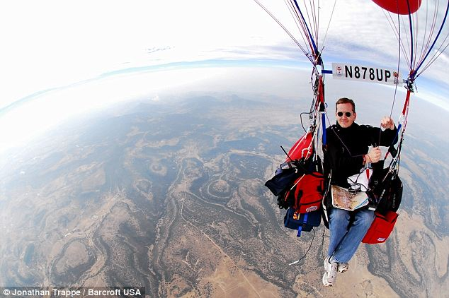 Perierga.gr - Ταξίδεψε 100 χλμ με μπαλόνια