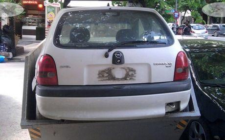 Perierga.gr - Πέταξαν αυτοκίνητο στα σκουπίδια