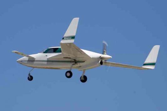 Perierga.gr - Ο πιλότος λιποθύμησε και το αεροπλάνο πετούσε μόνο του!