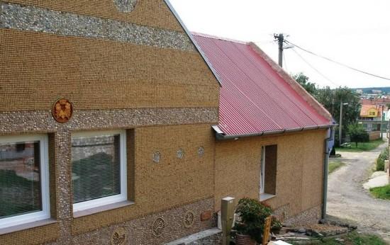 Perierga.gr - Διακόσμησε το σπίτι του με 180.000 φελλούς