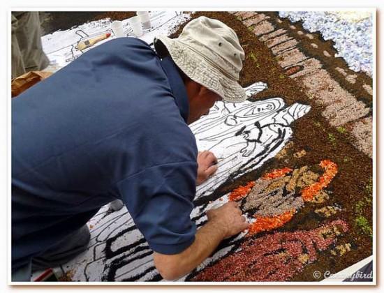Perierga.gr - Χαλιά από λουλούδια και άμμο