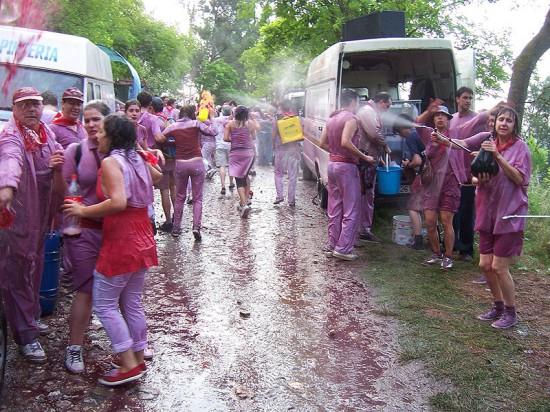 Perierga.gr - Η μάχη του κρασιού