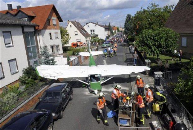 Perierga.gr - Μικρό αεροπλάνο προσγειώθηκε σε δρόμο πλάτους 5 μέτρων