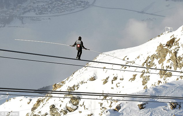 Perierga.gr - Περπάτησε σε σχοινί σε υψόμετρο 9.000 μέτρων!