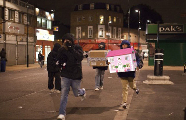 Perierga.gr - Τα επεισόδια του Λονδίνου από χιουμοριστική σκοπιά