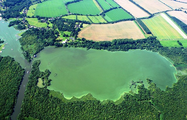 Perierga.gr - γαλάζια λίμνη της αγγλίας