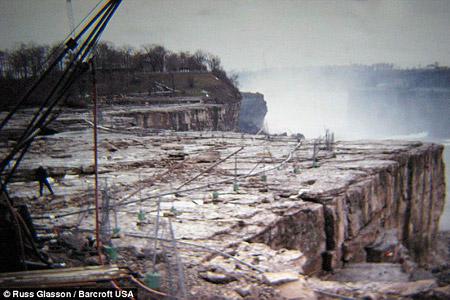 Perierga.gr - Οι καταρράκτες του Νιαγάρα χωρίς νερό!
