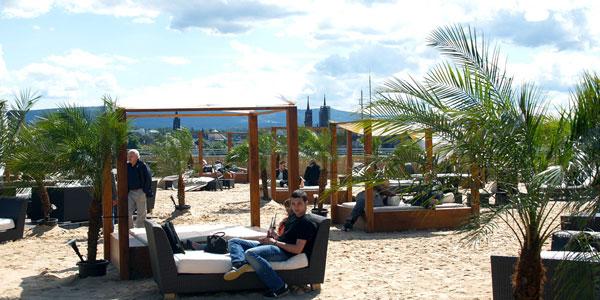 perierga.gr - Μια παραλία στην κορυφή ενός... γκαράζ!