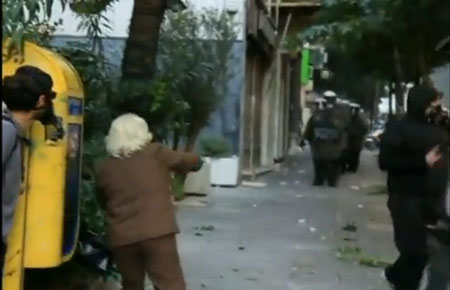 """Perierga.gr - """"Αναρχική""""... γιαγιά πετάει πέτρες στα ΜΑΤ!"""