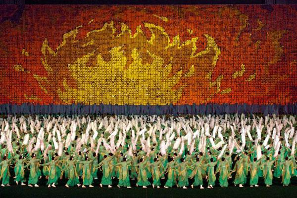 """perierga.gr - 100.000 σχημάτισαν εντυπωσιακά """"ανθρώπινα"""" μωσαϊκά!"""