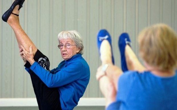 Perierga.gr - Δασκάλα της γιόγκα ετών 91