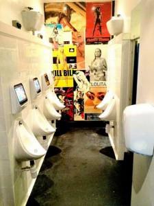 perierga.gr - Γιατί η ουρά στην τουαλέτα είναι μεγαλύτερη από το μπαρ;