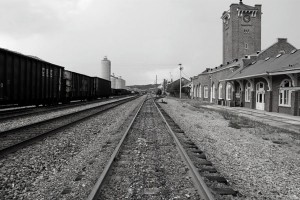 perierga.gr - Απίστευτο! Έχτισαν μόνοι τους το σιδηροδρομικό σταθμό!