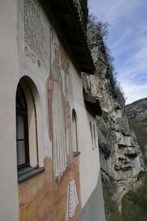"""perierga.gr - Η """"εκκλησία των βράχων""""... αιωρείται στο κενό!"""