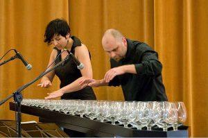 perierga.gr - Απίστευτη μουσική εκτέλεση με... ποτήρια νερού!