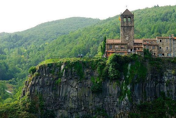 perierga.gr - Μια ολόκληρη πόλη... χτισμένη πάνω σε έναν βράχο!