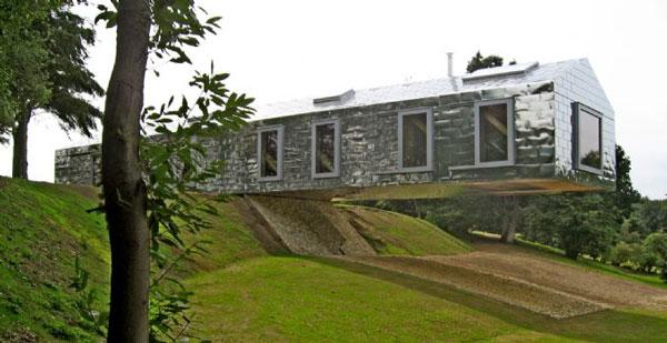 perierga.gr - Ένα σπίτι κάνει... τραμπάλα στον αέρα!