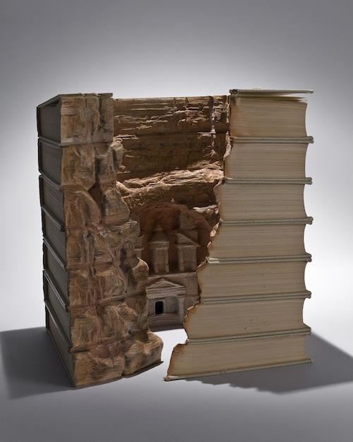 "perierga.gr - ""Σκάβοντας"" μέσα στις σελίδες των βιβλίων!"