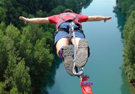 Perierga.gr - Τύχη βουνό είχε νεαρή που έκανε bungee jumping
