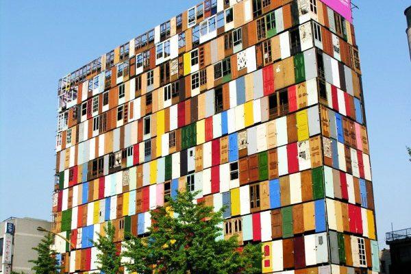 perierga.gr - Ένα δεκαώροφο κτίριο με 1.000 πόρτες!