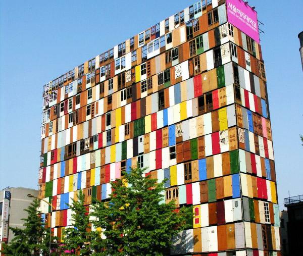 Gr ένα δεκαώροφο κτίριο με 1 000 πόρτες
