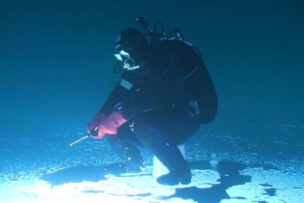 perierga.gr - Ψαρεύοντας κάτω από τον πάγο!
