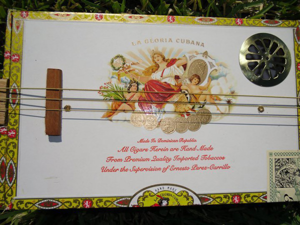 perierga.gr - Κιθάρες-έργα τέχνης από κουτιά πούρων!
