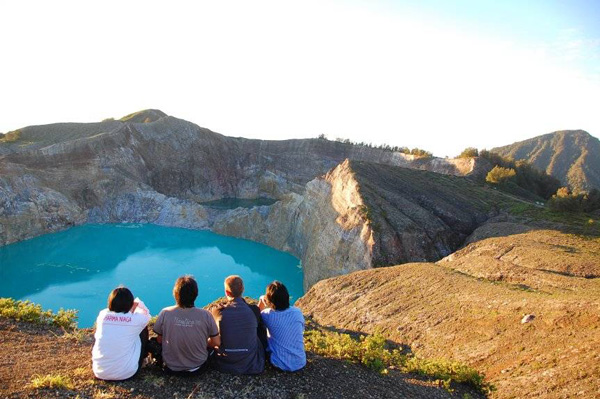 Τρεις χρωματιστές λίμνες στην κορυφή ενός ηφαιστείου!