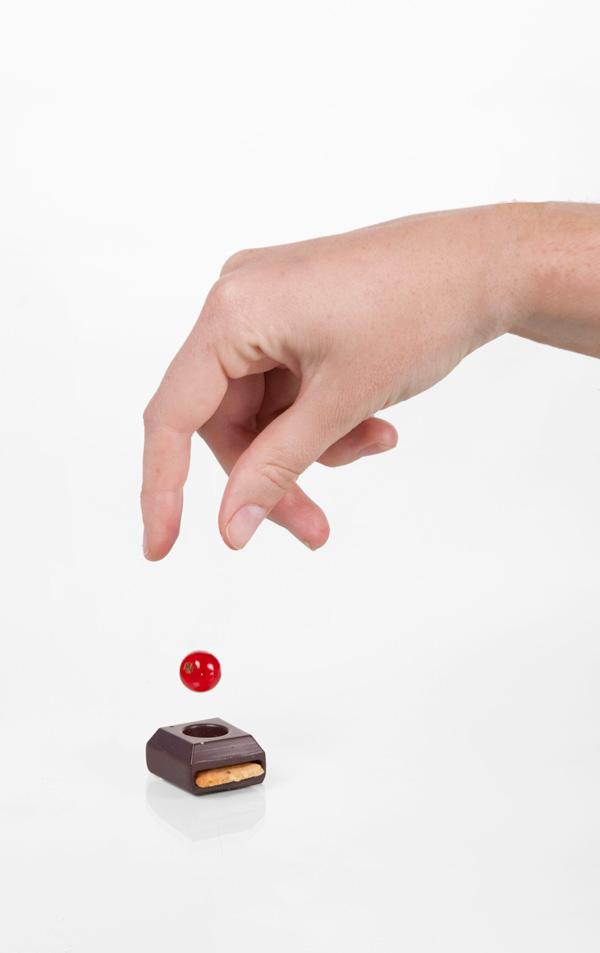 perierga.gr - Παίζοντας ντόμινο με τα... σοκολατάκια!