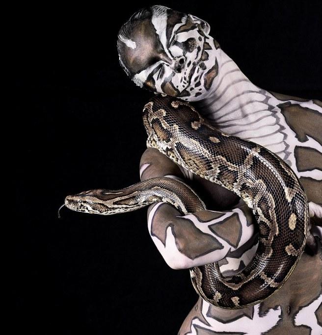Perierga.gr - Θαρραλέα μοντέλα ποζάρουν γυμνά δίπλα σε άγρια ζώα