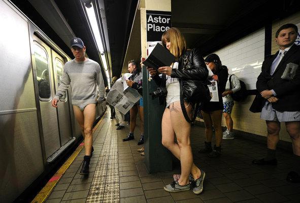 Perierga.gr - Μια μέρα χωρίς... παντελόνια στο μετρό