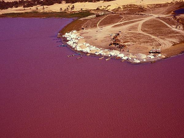 Μια λίμνη κόκκινη, κατακόκκινη… σαν αίμα!