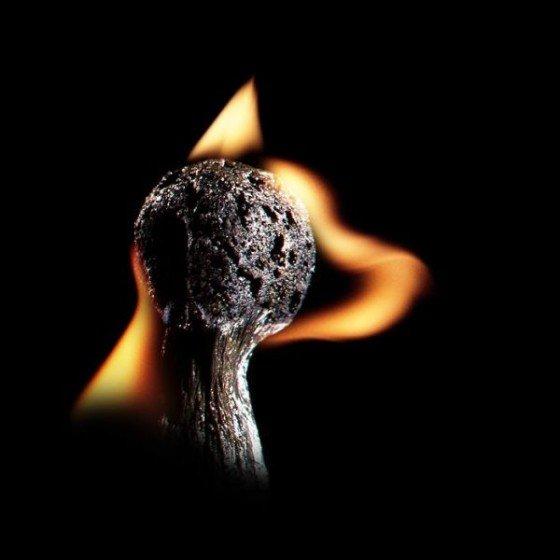 "perierga.gr - ""Παίζοντας"" με τη φωτιά..."