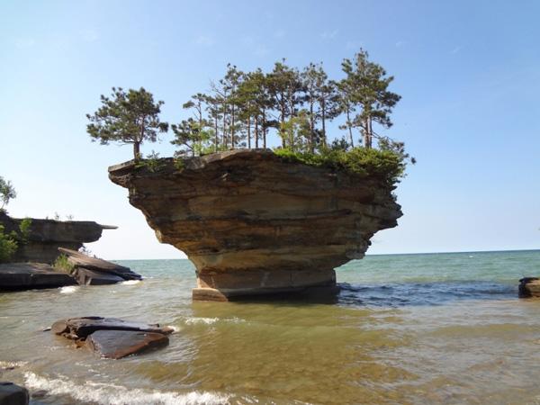 "perierga.gr - Ένας ""μοναχικός"" βράχος στη λίμνη!"