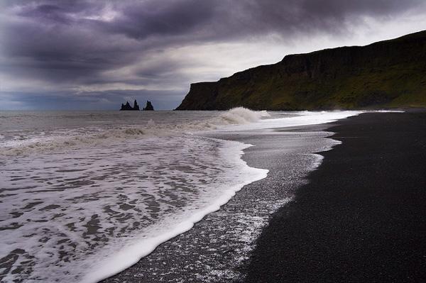 "perierga.gr - Η κατάμαυρη... παραλία του ""σκότους""!"