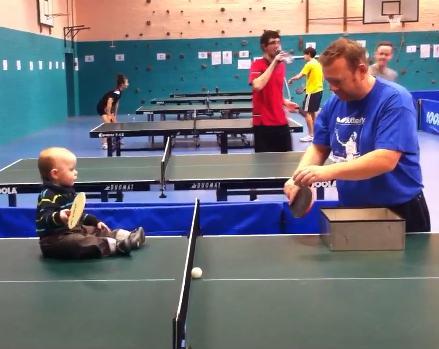 Perierga.gr - Μωρό - θαύμα εντυπωσιάζει παίζοντας πινκγ πονγκ!