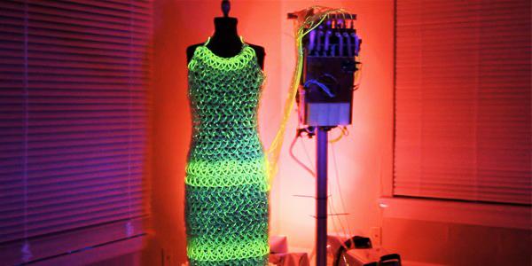 perierga.gr - Μοδάτο φόρεμα από χρωματιστό... υγρό!!!