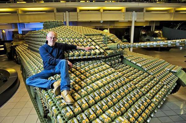 perierga.gr - Έφτιαξε ένα τανκ με 5.000 γεμάτες θήκες αβγών!