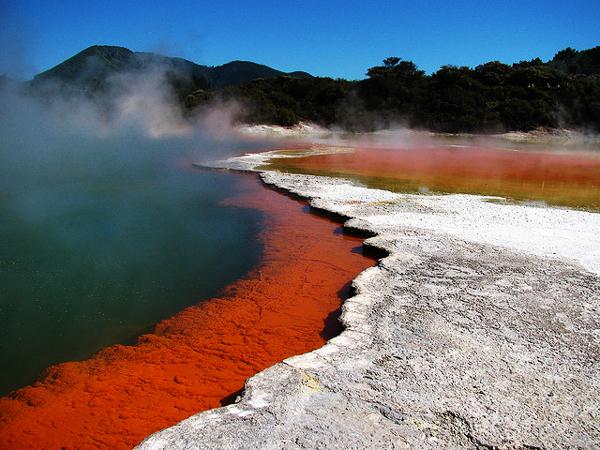 perierga.gr - Μια πορτοκαλί λίμνη γεμάτη... σαμπάνια!