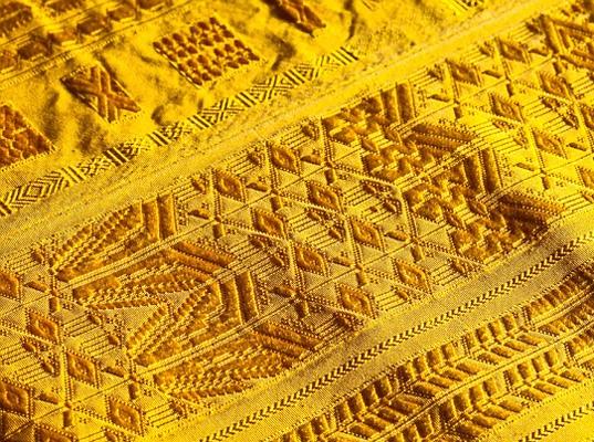 Perierga.gr - Το μεγαλύτερο σάλι του κόσμου είναι από χρυσό μετάξι