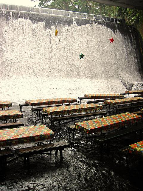 perierga.gr - Ένα εστιατόριο... μέσα στον καταρράκτη!